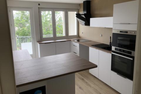 Cuisine blanche et bois Chêne Cosy , une cuisine réalisée par SoCoo'c Annonay Davezieux