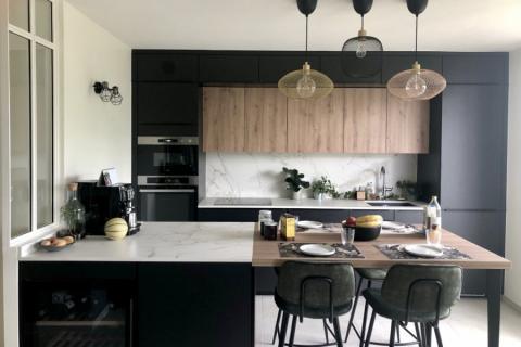 La cuisine noire et bois avec cave à vin, une cuisine réalisée par SoCoo'c Annecy