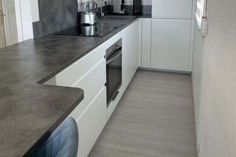 Cuisine blanche et grise sans poignée, une cuisine réalisée par SoCoo'c Fréjus