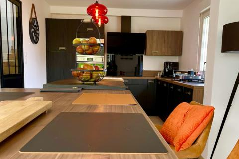 Une cuisine noire & bois , une cuisine réalisée par SoCoo'c Dieppe