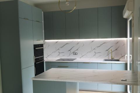 La cuisine vert et marbre, une cuisine réalisée par SoCoo'c Lille Villeneuve d'Ascq
