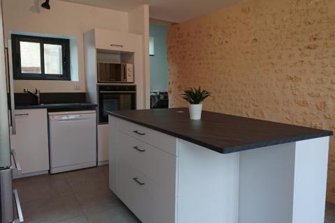Une cuisine moderne avec un bel ilôt de préparation, une cuisine réalisée par SoCoo'c Saintes