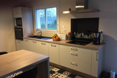 Cuisine blanche et bois avec sol tendance, une cuisine réalisée par SoCoo'c Rouen Tourville
