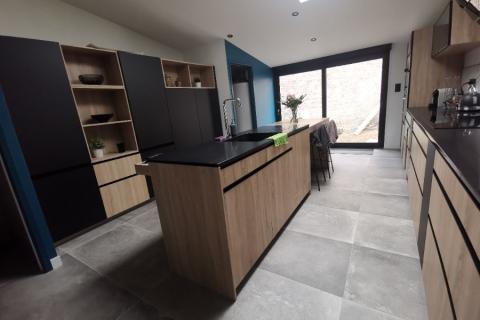 La cuisine bois et noire de Mr Et Mme D/F, une cuisine réalisée par SoCoo'c Lille Englos