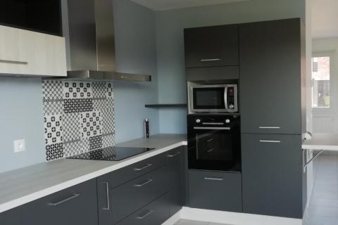 La cuisine grise de Mme Et Mr F, une cuisine réalisée par SoCoo'c Lille Englos
