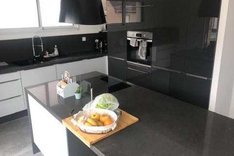 La cuisine avec îlot de Mr et Mme L, une cuisine réalisée par SoCoo'c Lille Englos