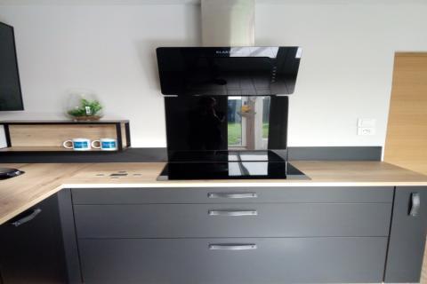 Cuisine en L noire et bois, une cuisine réalisée par SoCoo'c Lens