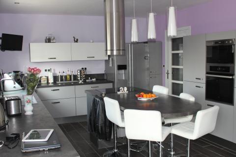 Claudine et Jean-Pierre adorent leur cuisine avec îlot, une cuisine réalisée par SoCoo'c Boulogne sur Mer