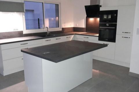 Une cuisine ouverte avec îlot, une cuisine réalisée par SoCoo'c Orléans Saran