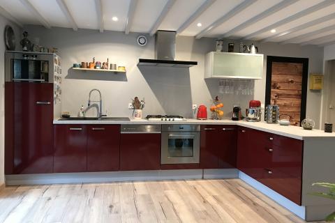 Cuisine moderne rouge, une cuisine réalisée par SoCoo'c Cherbourg