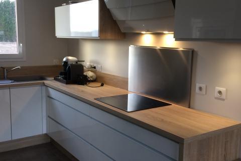 Cuisine séjour, blanc et bois.   , une cuisine réalisée par SoCoo'c Lille Villeneuve d'Ascq