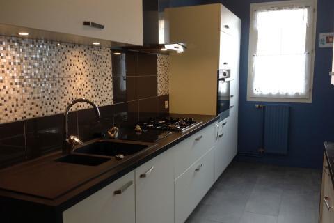 La cuisine blanche et noire d'Annie, une cuisine réalisée par SoCoo'c Troyes