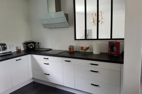 Cuisine blanche et noire avec îlot espace repas, une cuisine réalisée par SoCoo'c Saint Brieuc/Langueux