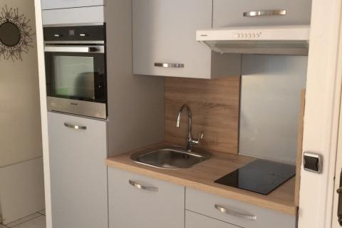 Cuisine studio grise et bois chez Jean-François