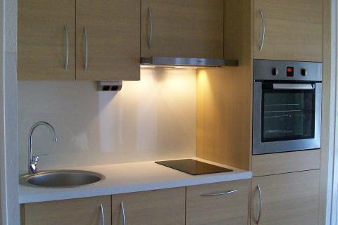 Condensé et épuré : un petit espace qui a du style..., une cuisine réalisée par SoCoo'c Caen