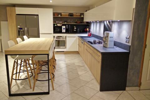 Cuisine avec espace repas, une cuisine réalisée par SoCoo'c Nancy Fléville