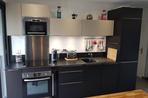 Cuisine compacte noir mat et chamois, une cuisine réalisée par SoCoo'c Antibes