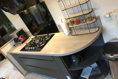 Cuisine grise et bois en linéaire, une cuisine réalisée par SoCoo'c Lens