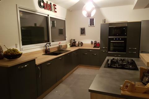 Cuisine grise et bois, une cuisine réalisée par SoCoo'c Evreux