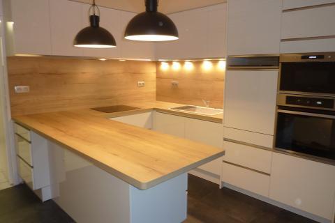 Cuisine tendance blanc brillant et bois, une cuisine réalisée par SoCoo'c Clermont Aubière