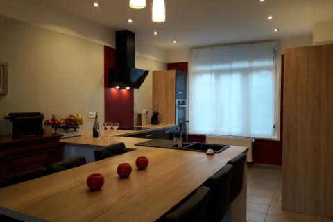 Grande cuisine bois et anthracite avec coin repas, une cuisine réalisée par SoCoo'c Lens