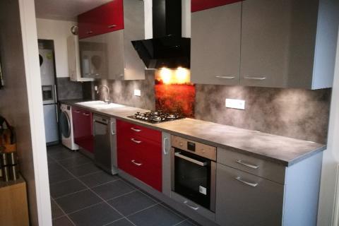 La cuisine Lineaire So'Chic en rouge et gris de Martin, une cuisine réalisée par SoCoo'c Villiers sur Marne