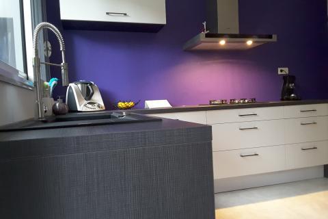 La cuisine noire et blanche de Virginie et Mehdi, une cuisine réalisée par SoCoo'c Saint Nazaire