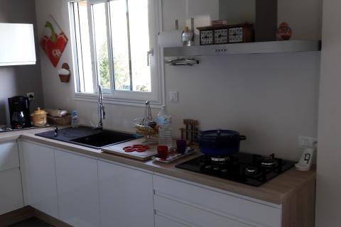 Cuisine équipée moderne blanche et bois, une cuisine réalisée par SoCoo'c Rennes Chantepie