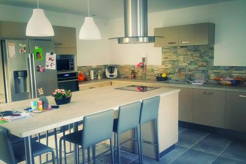 Une cuisine avec beaucoup de surface plan de travail!