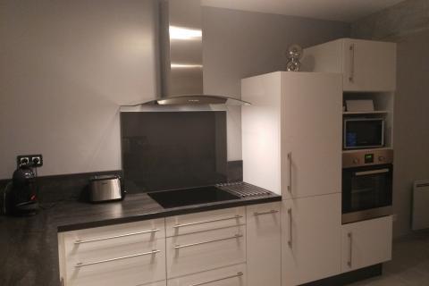 Une cuisine en L avec du blanc brillant