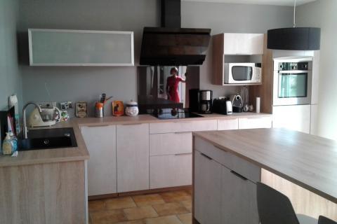 """Une cuisine épurée avec des façades """"effet ciment"""""""