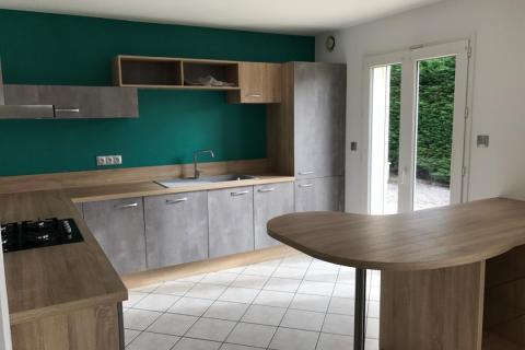 Une cuisine équipée bois naturel et minérale, une cuisine réalisée par SoCoo'c Caen
