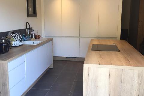 Une cuisine moderne dans un chalet de Haute Savoie !, une cuisine réalisée par SoCoo'c Villefranche